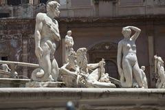 Standbeelden in het vierkant een Plaermo Stock Afbeeldingen