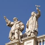 Standbeelden op dak van Archbasilica van St John Lateran stock foto's
