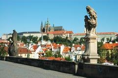 Standbeelden op de brug van Charles, Praag stock fotografie