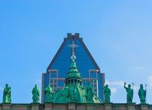 Standbeelden op de kathedraal-Basiliek van Mary en 1000 DE La Gauchetiere in Montreal, Canada Royalty-vrije Stock Foto's
