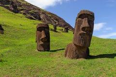 Standbeelden op Isla de Pascua Rapa Nui Het Eiland Threesome van Pasen stock afbeeldingen