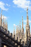 Standbeelden op Milan Cathedral Stock Foto