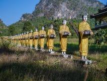 Standbeelden van Boeddhistische monnikengang die aalmoes verzamelen Royalty-vrije Stock Foto's