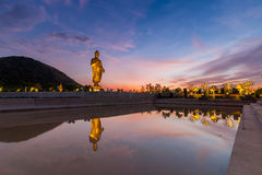 Standbeelden van Boedha bij thipsukhontharam in Thailand, Silhouet en donkere toon stock fotografie