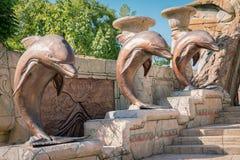 Standbeelden van dolfijnen bij de ingang aan het koninkrijk van Atlantis i stock fotografie