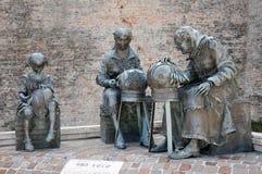 Standbeelden van embroiderers met ambachtdraden in de stad van Offida i royalty-vrije stock afbeelding