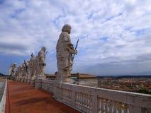 Standbeelden van Heiligen boven op St Peter ` s Basiliek stock foto's