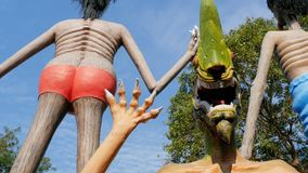 Standbeelden van hel die menselijke ondeugden in de tempel van Eden en Hel afschilderen thailand stock video