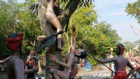 Standbeelden van hel die menselijke ondeugden in de tempel van Eden en Hel afschilderen thailand stock videobeelden