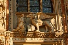 Standbeelden van leo of de leeuw met vleugels en boek en de paus Stock Foto