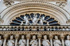 Standbeelden van Maagdelijke Mary en twee engelen op het Maagdelijke Balkon van ` s op stock foto