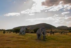 Standbeelden van mammoeten in de opheldering Voorhistorische dierlijke modellen, beeldhouwwerken in de vallei van het nationale P stock afbeelding