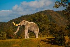 Standbeelden van Mammoeten Voorhistorische dierlijke modellen, beeldhouwwerken in de vallei van het nationale Park in Baconao, Cu royalty-vrije stock foto