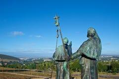 Standbeelden van Pelgrims die de kathedraal op Monte do Gozo in Santiago de Compostela, Spanje richten royalty-vrije stock afbeelding