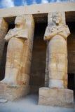Standbeelden van Ramses II als Osiris in Tempel Karnak, Stock Foto