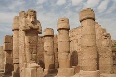 Standbeelden van Ramses in Karnak stock foto's