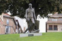 Standbeeldkunstenaar voor Prado door auteur Julio Lopez Hernandez Het monument wordt gevestigd naast het Prado-Museum Stock Afbeelding