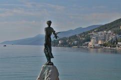 Standbeeldmeisje met de zeemeeuw in Kroatische stad Opatija stock foto