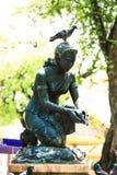 Standbeeldo vrouw met vogel Stock Foto