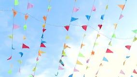 Standertflyg i vinden med gullig fast bakgrund för blå himmel stock video