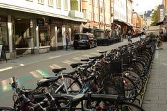 Standig de muchas bicis en la calle de Linkoping Foto de archivo