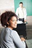 Студент с профессором Standing В Предпосылкой На Стоковая Фотография RF