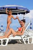 standing för moder för dotterlounger liggande near royaltyfri fotografi