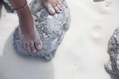 standing för rock s för strandfotflicka Royaltyfria Foton