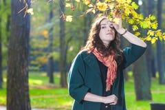 Standing In Fall di modello femminile Forest Outdoors Immagine Stock
