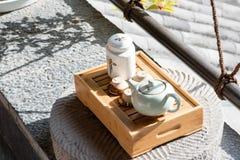 standling在阳台的中国茶具 免版税库存图片