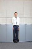Standng blanc d'homme d'affaires directement entre les coffrets dans le bureau photos libres de droits