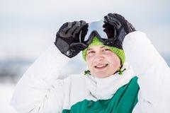 Standng del giovane sulla neve Fotografie Stock Libere da Diritti