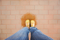 Stando nel pavimento bagnato fra la pioggia Fotografie Stock