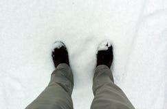 Stando nella neve Fotografie Stock Libere da Diritti