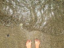 Stando su una spiaggia fotografia stock