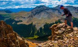 Stando sul bordo di Rocky Mountains Exploration Hiking Terrain Fotografia Stock Libera da Diritti