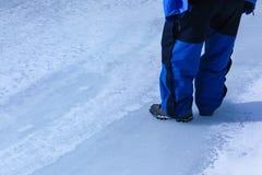 Stando sul fiume congelato di Zanskar Fotografia Stock Libera da Diritti