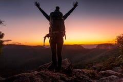 Stando sul picco quella sensibilità della montagna immagini stock libere da diritti