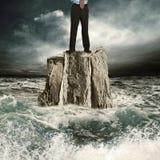 Stando sulla roccia nel mare Fotografie Stock Libere da Diritti