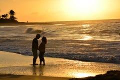 Stando sulla spiaggia ad alba Fotografia Stock