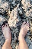 Stando sulla terra asciutta e incrinata, terra sterile Fotografia Stock