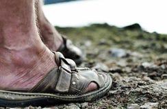 Stando sulla terra rocciosa, stancato e consumato. Fotografie Stock