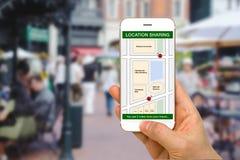 Standort, der APP-Konzept gezeigt durch Smartphone-Schirm teilt lizenzfreie stockfotografie