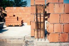 Standort des Gebäudes, Details der Maurerarbeit und Verstärkungen mit Stahlstangen und Walzdraht Lizenzfreies Stockfoto