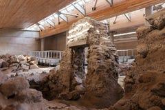 Standort-Museumsaushöhlung Akrotiri archäologische nahe Insel Fira Santorini stockbild