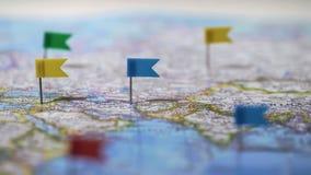 Standorte markiert mit Stiften von der Weltkarte, globales Kommunikationsnetz, Nahaufnahme stockbild