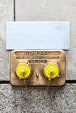 Standpipe de bronze americano com os dois tampões amarelos e corrente no muro de cimento New York EUA Foto de Stock