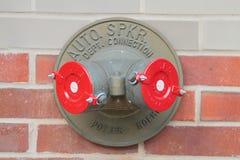 Standpipe de bronze americano com os dois tampões vermelhos New York EUA Imagem de Stock Royalty Free