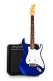 Standplatz der elektrischen Gitarre vor Verstärker Stockbild