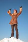 Standplatz der recht jungen Frau auf Schneehügel Stockfotos